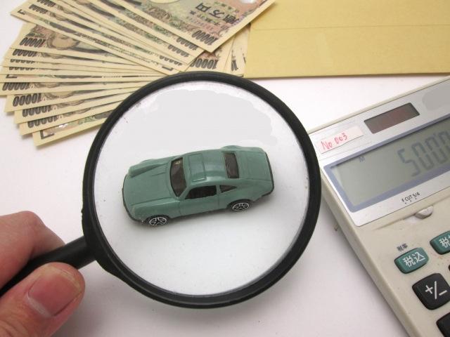 虫眼鏡で見る車の模型
